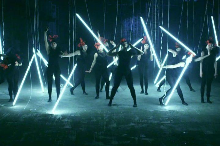 Choreographie Musikvideo Lena Meyer-Landrut Neon (Lonely People), Tänzer mit Leuchtröhren